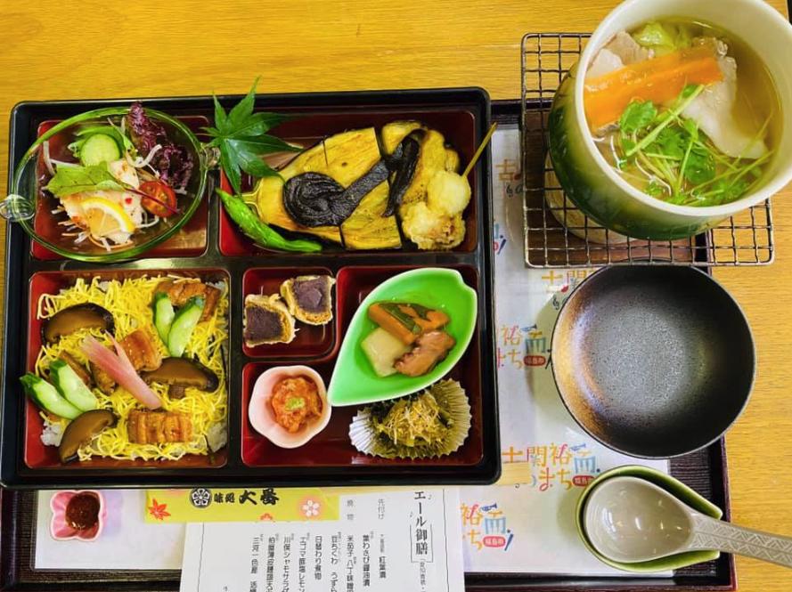 二つの土地の食材をふんだんに使ったエール御膳は2500円(税別)。「御山本店」と「竹林亭」で食べることができる。