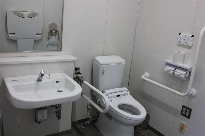 入館ゲート野外トイレ