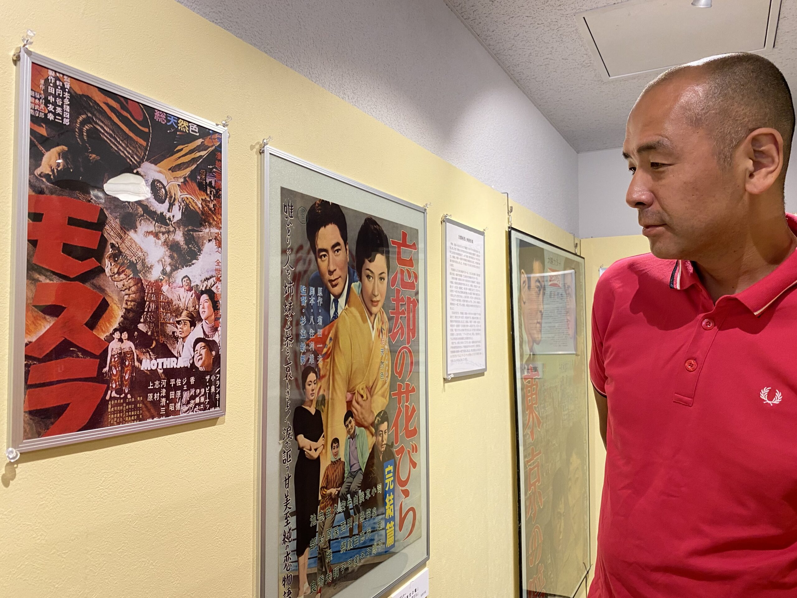 古関裕而氏が作曲した映画音楽関連の展示を見る佐藤さん