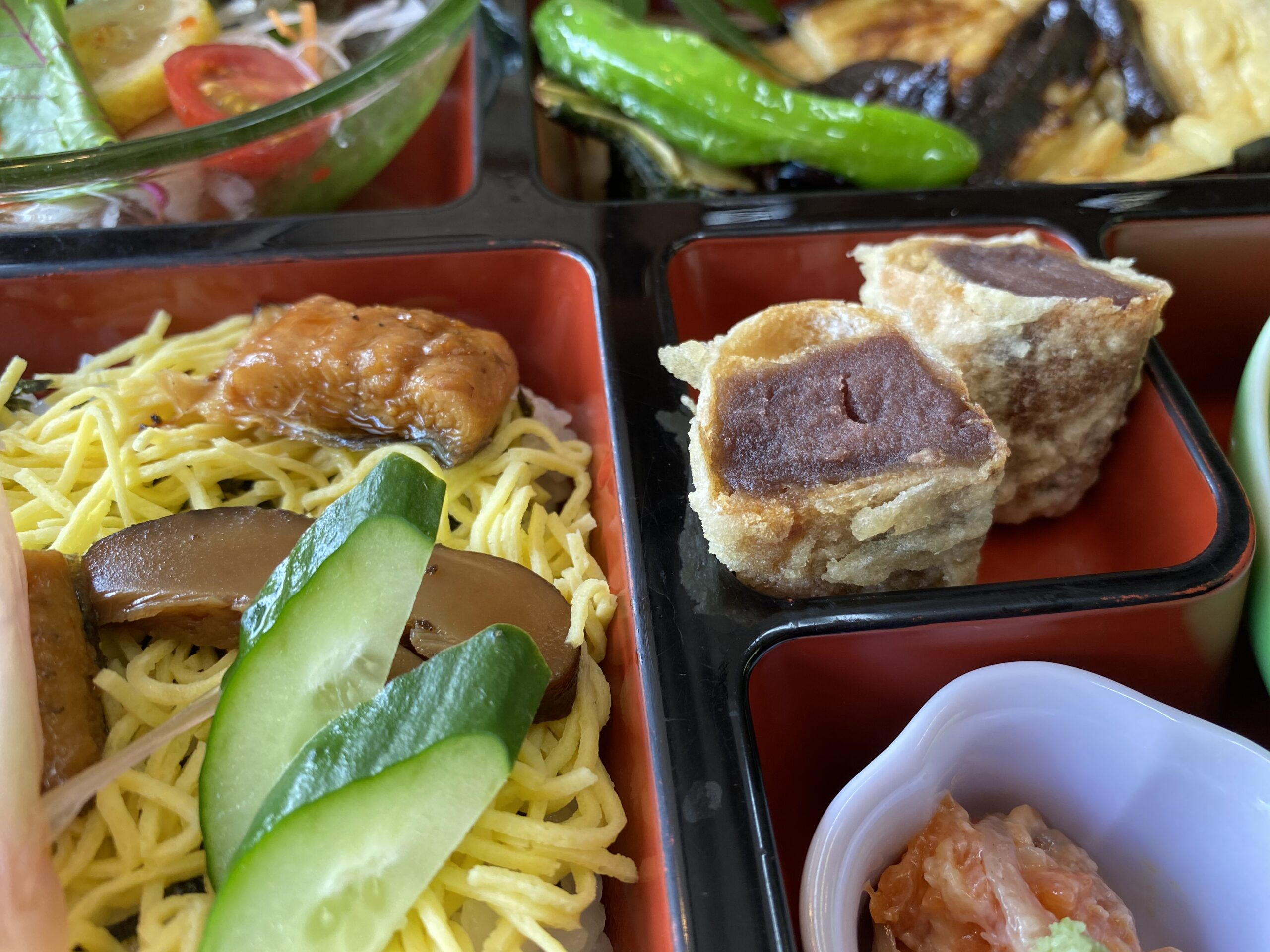 デザートの薄皮饅頭の天ぷら(中央)が大好評。