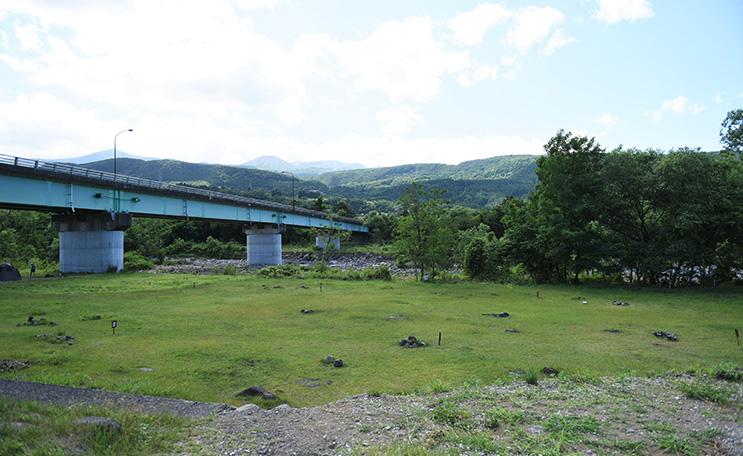 近くには荒川が流れていて、広々とした河川敷がキャンプ場