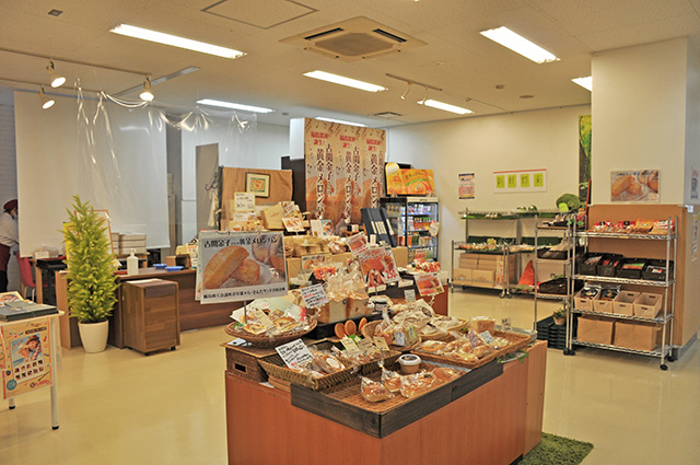 「黄金メロンパン」は1個250円(税込)。展示スペース隣のショップで購入可能。
