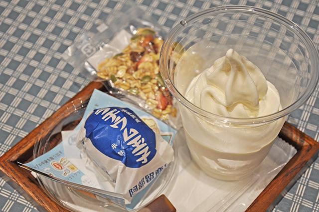 「ラジウム玉子」をソフトクリームに混ぜるとカスタードクリームのような味わいに。