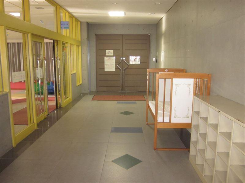 幼児スポーツ室前にベビーベッドあり