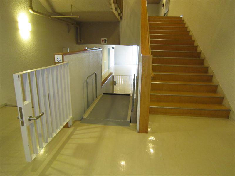大ホール入口にある車いす用昇降機