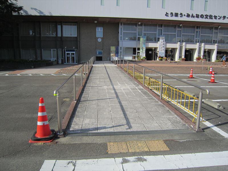 建物入口まで緩やかなスロープ