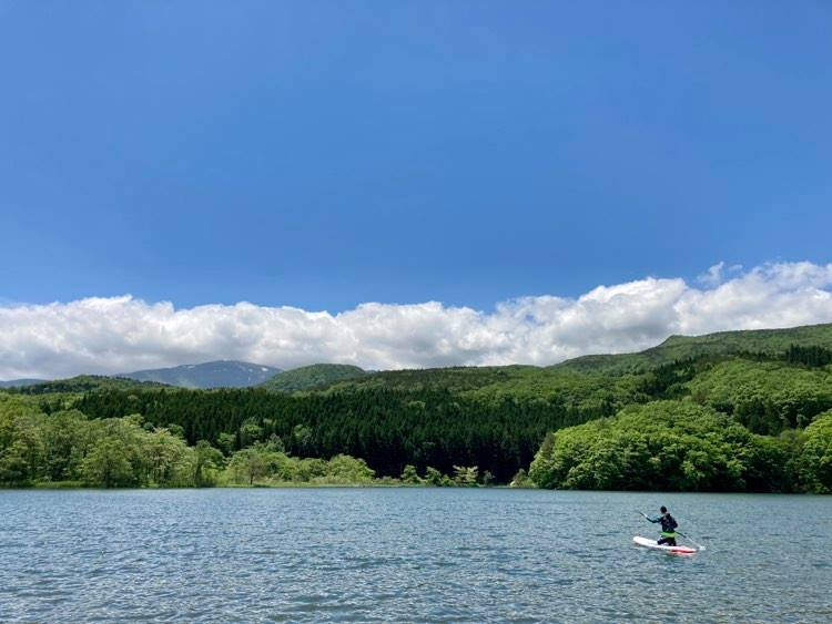開放感あふれる土湯「女沼」で、気軽にSUP&カヤック体験!